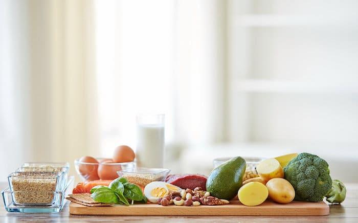 Incluir alimentos ricos en hierro en la dieta puede ayudar a prevenir las uñas quebradizas.