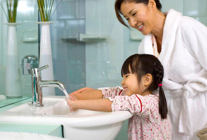 Lavarse las manos regularmente puede ayudar a prevenir la transmisión del VSR