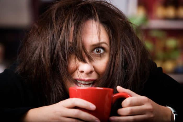 Sentirse inquieto y ansioso son los efectos secundarios comunes de la cafeína