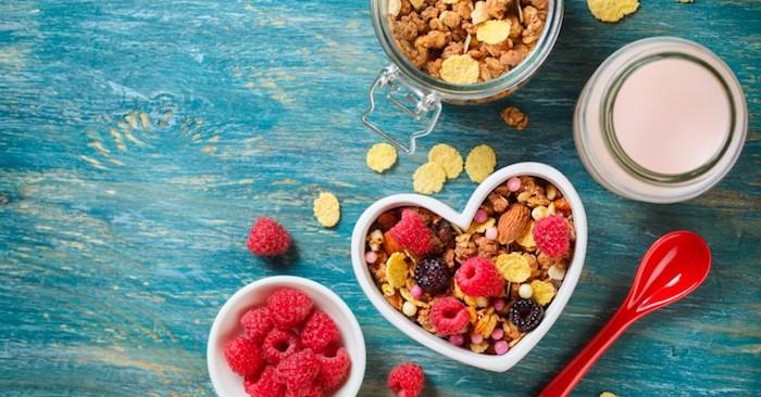 Comer muchos alimentos ricos en fibra puede ablandar las heces, lo que facilita su aprobación