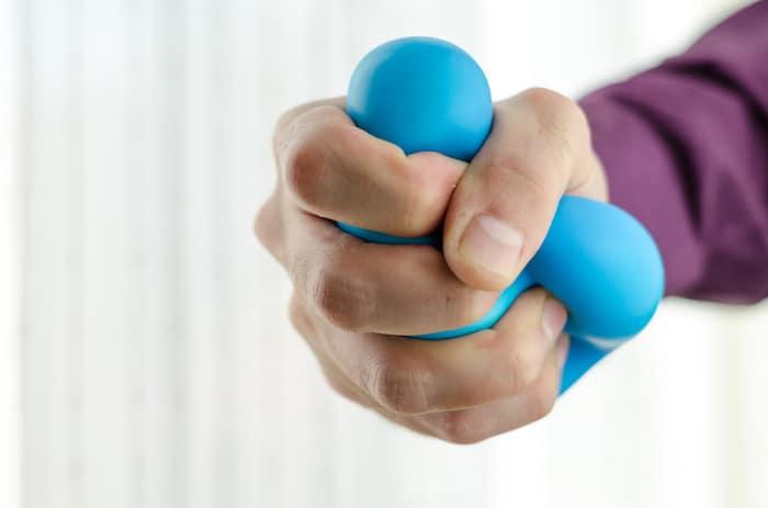 Apretar una bola de estrés puede ayudar a tratar los síntomas de la AR