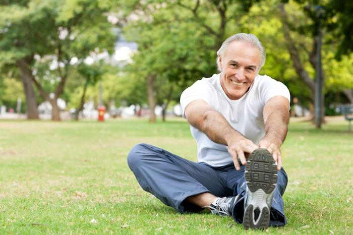 Calentar antes del ejercicio puede incluir una caminata rápida o una actividad aeróbica ligera