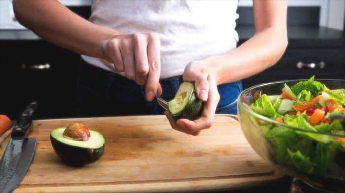 Comer alimentos ricos en grasas insaturadas, como el aguacate y los piñones, puede aumentar la sensibilidad a la insulina