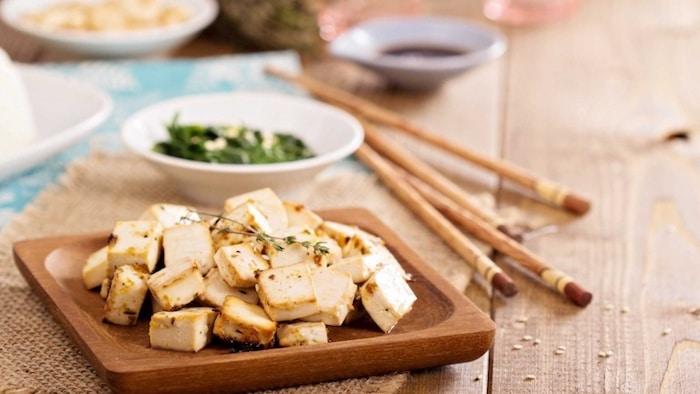 El tofu, hecho de soja, puede ayudar a mejorar la elasticidad de la piel