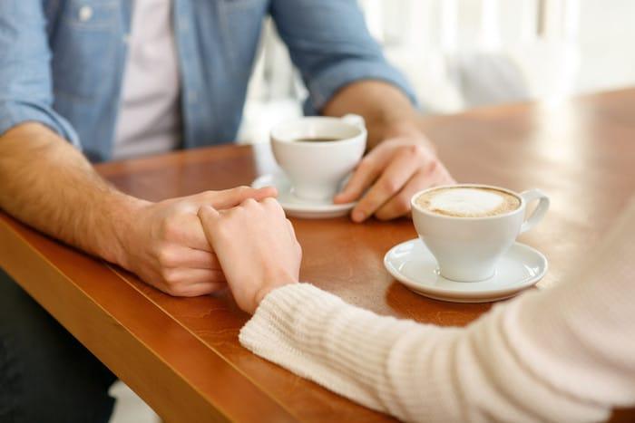 El tacto es una señal social vital, lo que indica una oferta de comodidad y empatía.