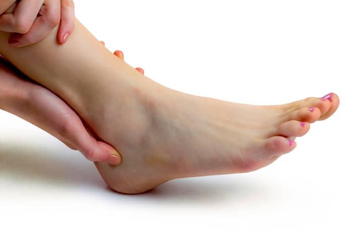La AR puede causar inflamación en las articulaciones del tobillo.