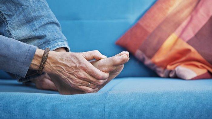 La artritis reumatoide más a menudo causa hinchazón y dolor en las muñecas, las manos y los pies.