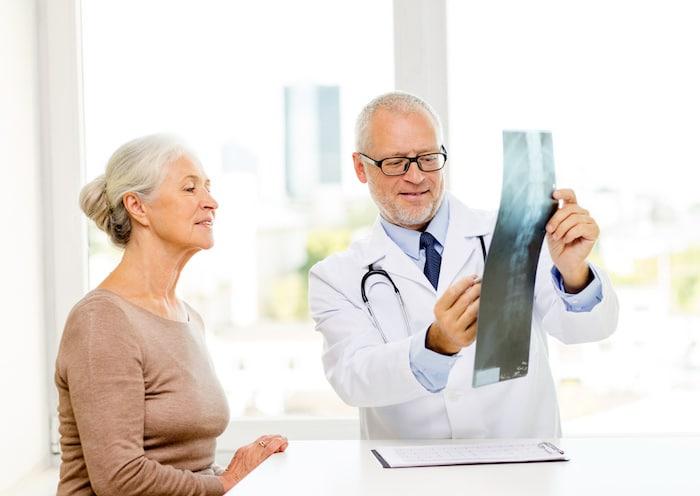 Las mujeres mayores corren un riesgo particularmente alto de osteoporosis.