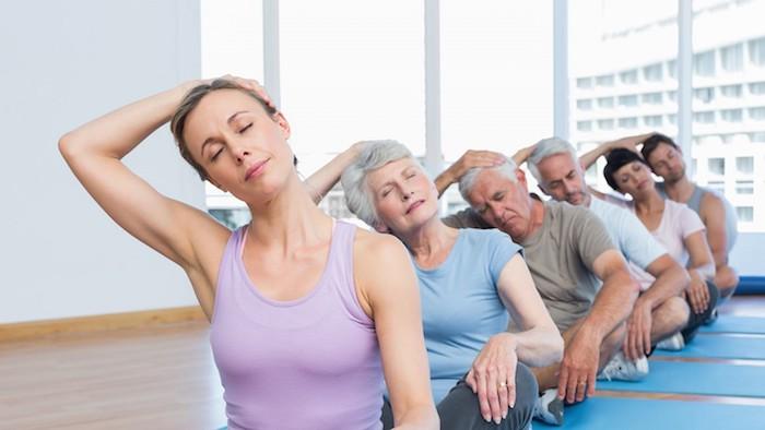 Los estiramientos son un ejercicio beneficioso para la artritis del hombro