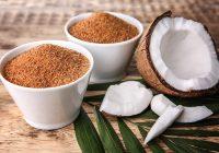 Los productores hacen azúcar de coco de la savia de la palma de coco