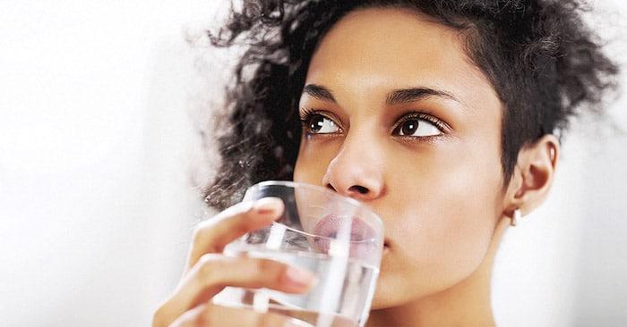 Mantenerse hidratado puede ayudar a las células de la piel a liberar toxinas.
