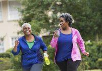 Las mujeres mayores, caminar podrían hacer maravillas para sus corazones