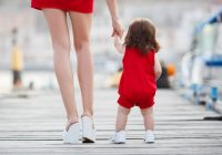 ¿Está bien sostener las manos se su hijo y darle apoyo mientras camina?