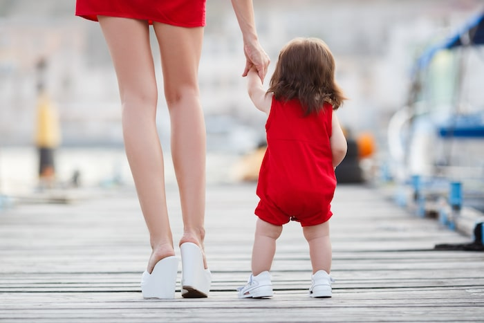 Est-il acceptable de tenir votre enfant par la main et de le soutenir tout en marchant?