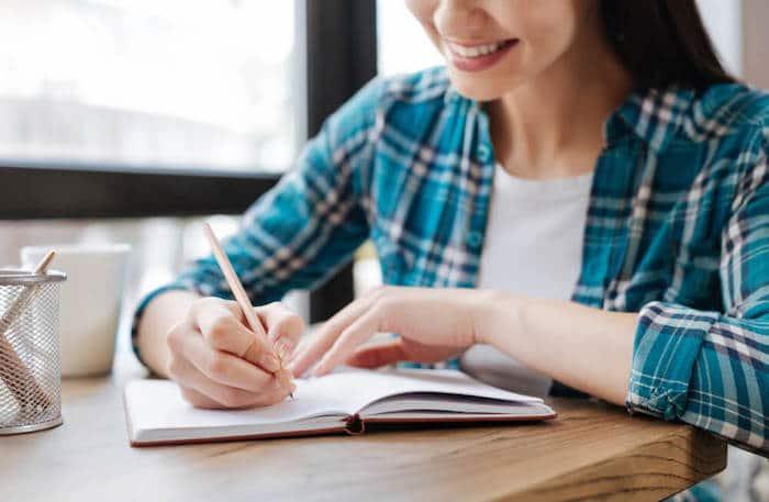 Prendre un passe-temps, comme écrire un journal, peut aider à distraire les symptômes de sevrage