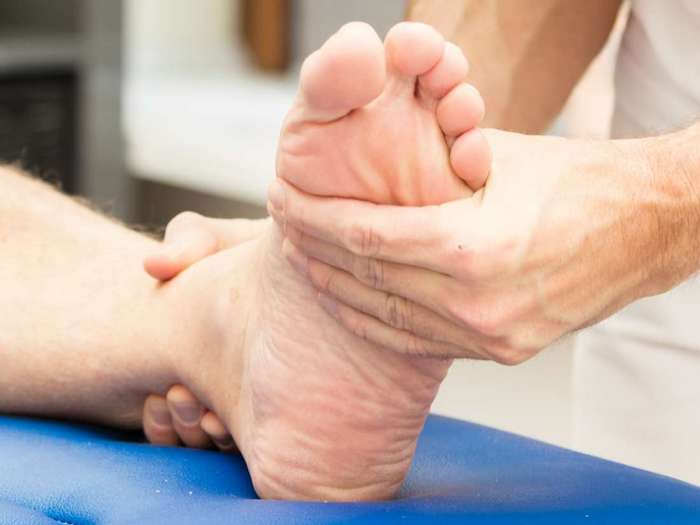 Para una persona con AR en los tobillos, un fisioterapeuta puede crear un plan de ejercicios