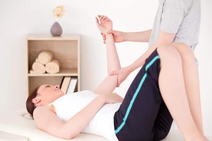 Un médico puede recomendar fisioterapia para tratar la AR en el codo