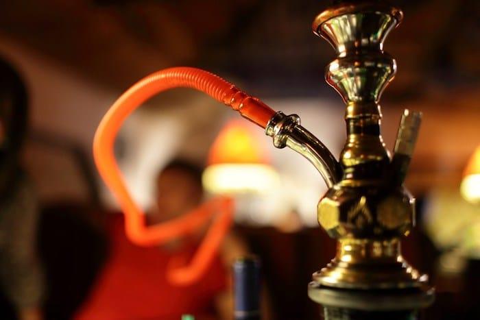 Un mito común sobre la cachimba es que fumar usando uno no es adictivo.