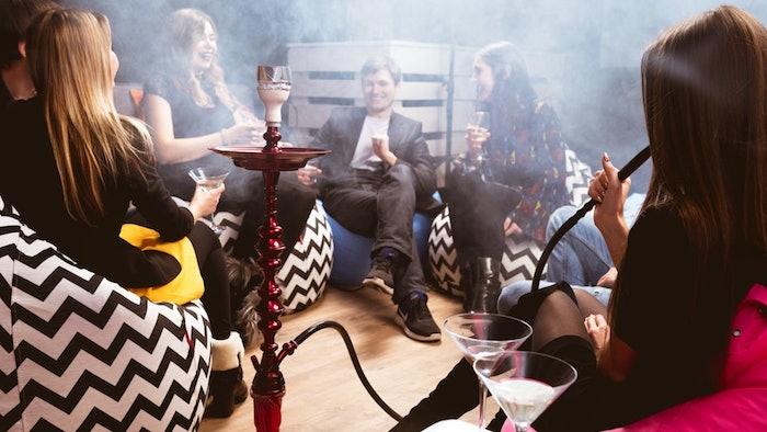 Una cachimba expone a una persona al humo del tabaco
