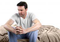 Une personne atteinte d'hémorroïdes peut être très mal à l'aise en position assise.