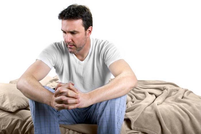 Una persona con hemorroides puede encontrar sentado muy incómodo.