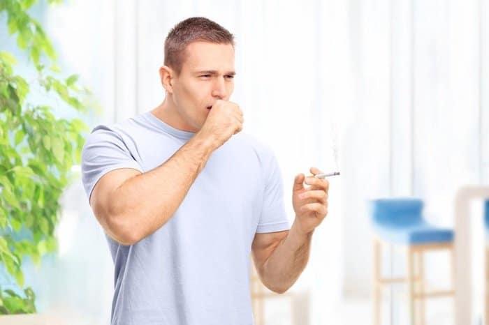 Una persona en las primeras etapas de la EPOC puede experimentar tos crónica.