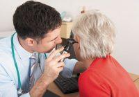 Una persona puede usar un kit de riego para limpiar las orejas de forma segura