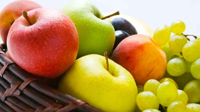 Elegir fruta fresca sobre fruta seca y jugo de fruta puede ayudar a reducir la ingesta total de azúcar