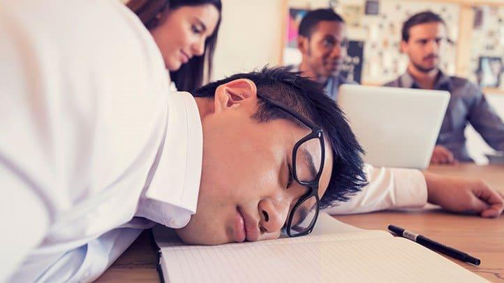 Una persona con narcolepsia puede quedarse dormida en cualquier momento, a menudo sin previo aviso