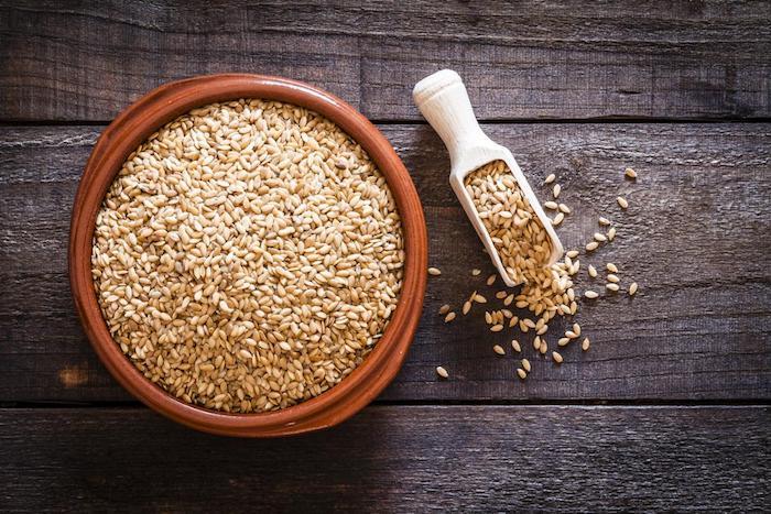 Ciertos alimentos, como la linaza, pueden ayudar a disminuir los niveles de estrógeno