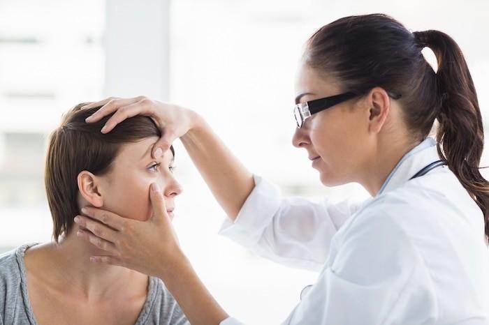 Un médico puede ofrecer asesoramiento sobre el tratamiento de un párpado caído