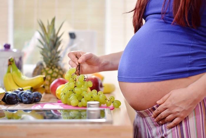 Una mujer embarazada puede ayudar a mantener la salud vaginal comiendo una dieta saludable
