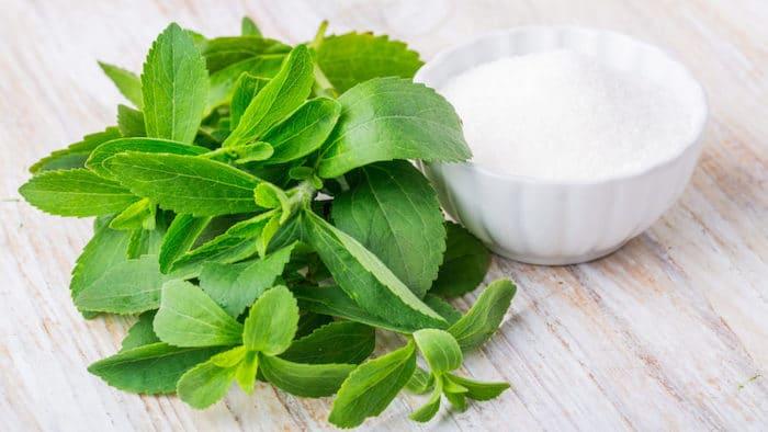 Reemplazar el azúcar con stevia o un edulcorante similar generalmente es seguro para las personas con diabetes.