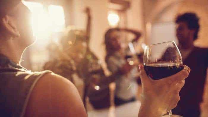 Une consommation excessive d'alcool sur une base régulière peut indirectement conduire à la MPOC
