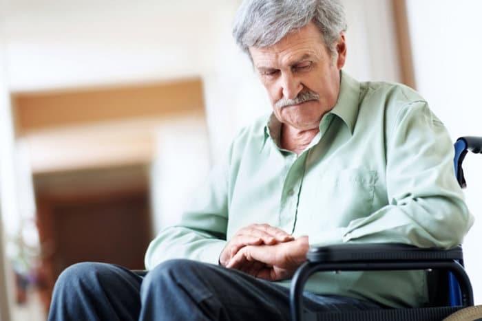 El médico considerará cualquier factor genético conocido o antecedentes familiares de enfermedad de Parkinson
