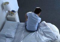 Hombre acostado sosteniendo el pecho con dolor debido a falta de aliento u ortopnea La ortopnea es una dificultad respiratoria que se produce mientras se está acostado.