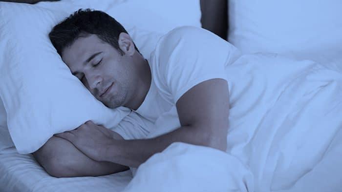 Dormir al menos 7 horas en una habitación fresca y oscura puede ayudar a establecer buenos hábitos de sueño