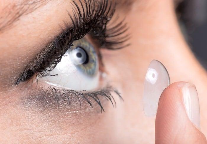 El uso de lentes de contacto puede aumentar el riesgo de desarrollar ptosis