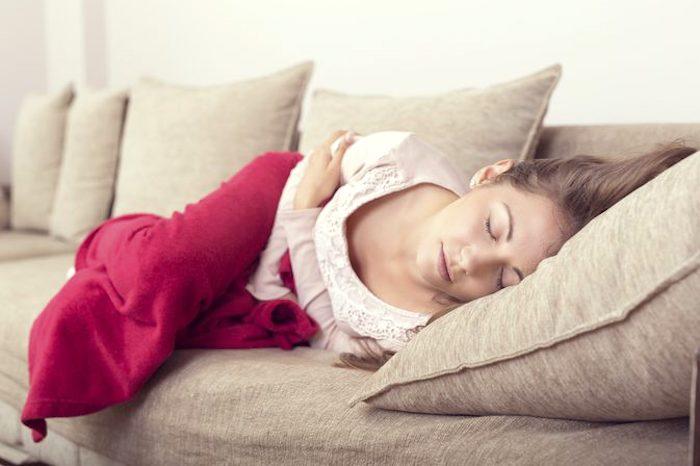 Los síntomas de la enteritis pueden incluir náuseas, vómitos y calambres abdominales