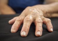 تشمل الأعراض الأولى لالتهاب المفاصل الروماتويدي الألم في الأصابع والمعصمين والمفاصل الأخرى
