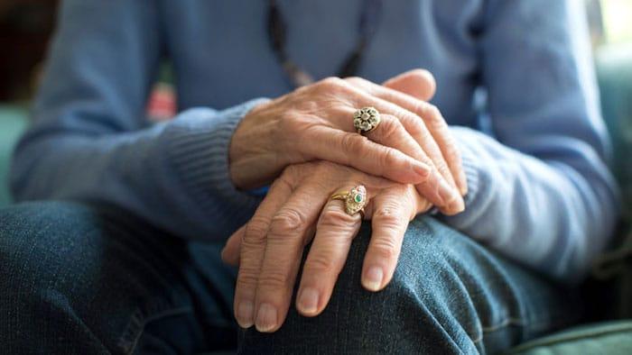 El temblor en una mano es un signo temprano de la enfermedad de Parkinson