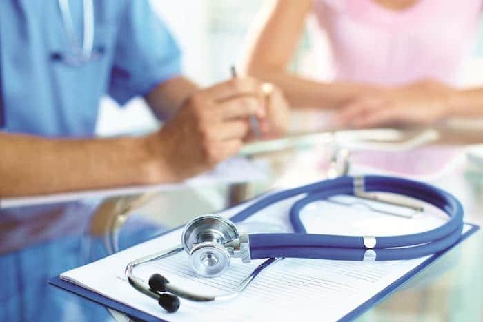 Un médico puede explicar los riesgos y beneficios potenciales de la cirugía de colitis ulcerosa