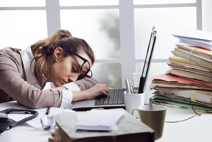 Las comidas que contienen carbohidratos y proteínas pueden hacer que una persona se sienta cansada