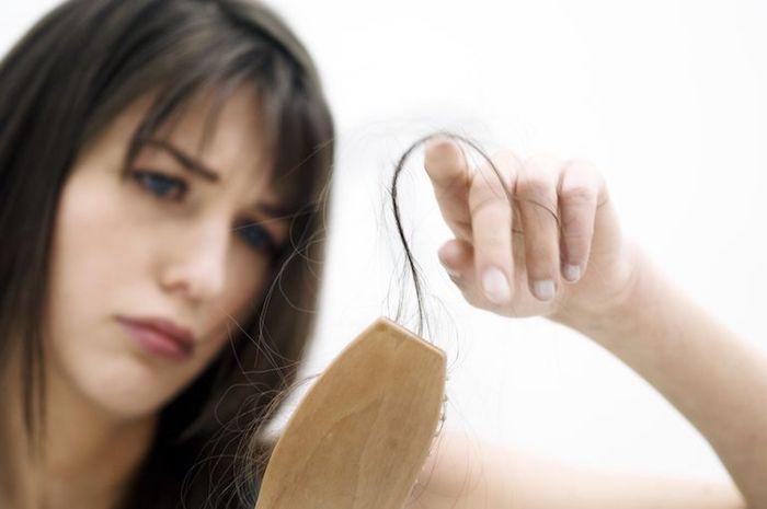 Perte de cheveux chez les femmes: causes et traitements