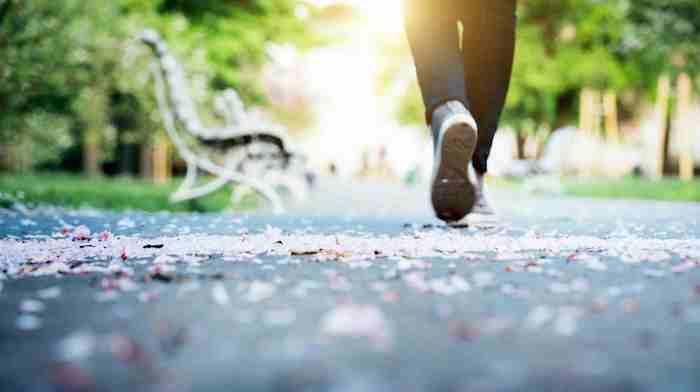 Caminar o moverse le ayudará a estimular el movimiento intestinal