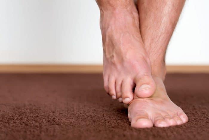 Los síntomas de la neuropatía pueden incluir dolor, ardor y hormigueo en las manos y los pies