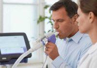 A espirometria é um tipo de teste de função pulmonar e ajuda a determinar quão bem os pulmões de uma pessoa estão funcionando.