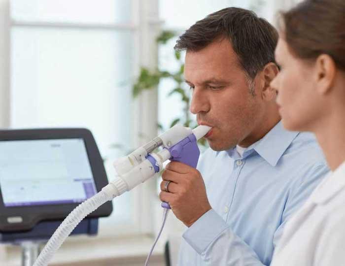 La espirometría es un tipo de prueba de función pulmonar y ayuda a determinar qué tan bien están funcionando los pulmones de una persona.
