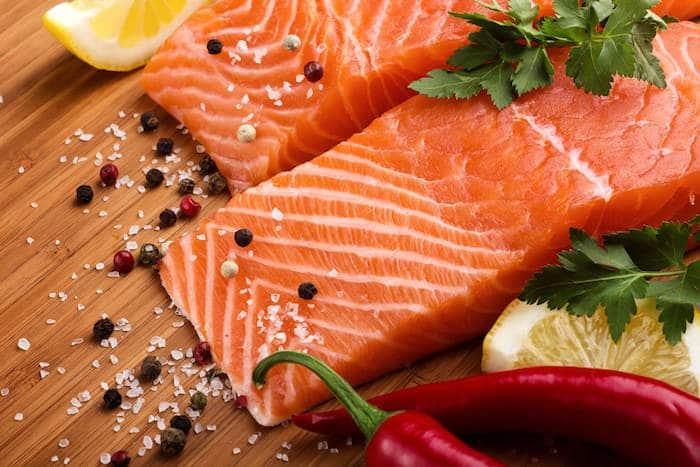 Los pescados grasos, como el salmón, son una excelente fuente de ácidos grasos omega-3