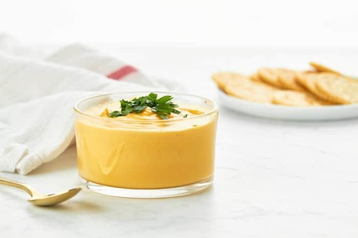 Una persona puede hacer una alternativa vegana a la salsa de queso con levadura nutricional